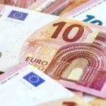 ¿Qué artículos regulan la cesión o venta de un crédito a favor de un tercero?